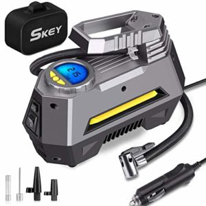 SKEY Compresseur Voiture – 150 PSI Gonfleur Pneus Voiture avec Fusible, 4 Embouts de Rechange, Compresseur d'air Electrique Digital avec LED (M-1)